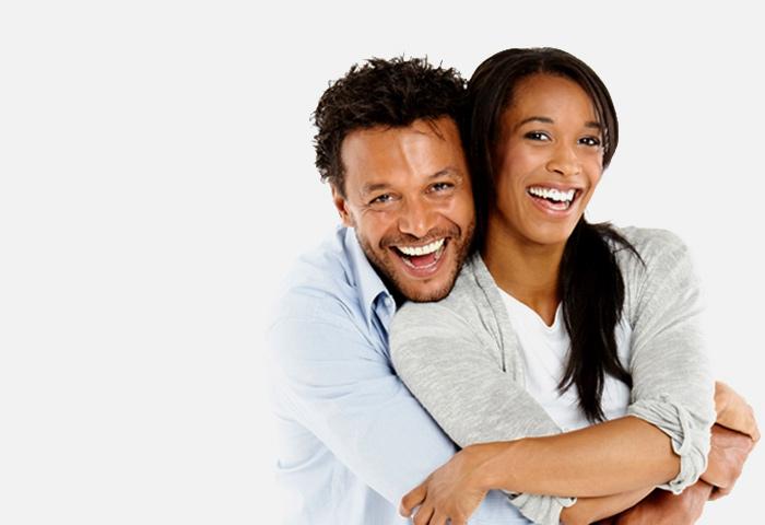 heureux couple enlacé