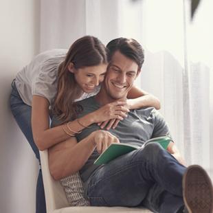 couple lisant un livre ensemble
