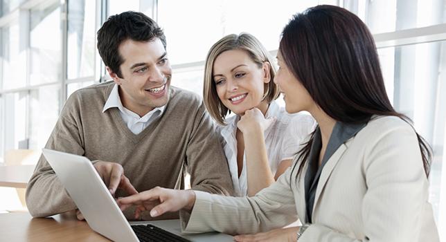 couple heureux de parler avec un conseiller