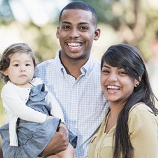 homme heureux et femme tenant bébé
